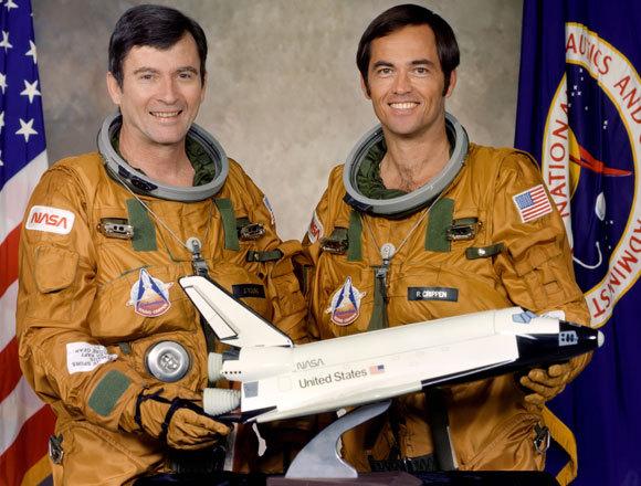 יאנג (משמאל) וקריפן עם דגם של המעבורת קולומביה | צילום: NASA