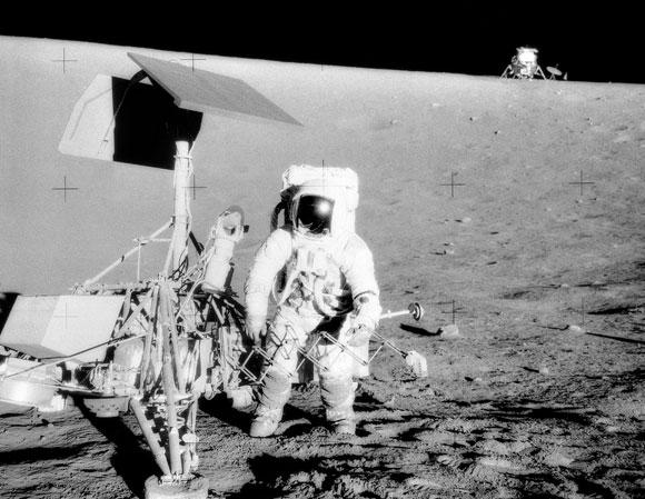 לא הצליחו לעשות סלפי ראשון על הירח. קונרד עם Surveyor-3, ברקע רכב הנחיתה Intrepid | צילום: NASA