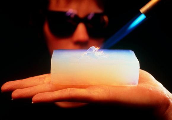 הדגמה של בידוד החום של אירוג'ל   Peter Menzel, Science Photo Library