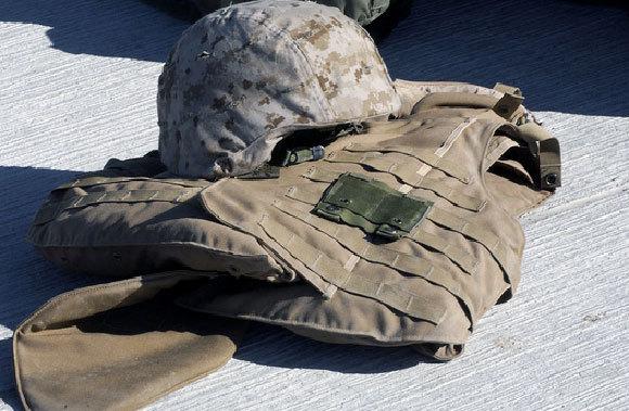 קסדה צבאית ואפוד מגן המבוססים על סיבי קוולר | צילום: USMC / SCIENCE PHOTO LIBRARY