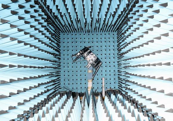 החללית בראשית בתא אולטרה-סאונד לבדיקת מוכנותה | צילום: התעשייה האווירית