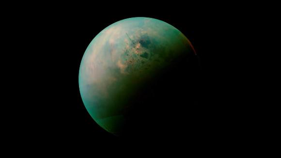 עולם מסקרן במיוחד, עם אטמוספרה, נוזלים זורמים ונוף דינאמי. הירח טיטאן בצילום של החללית קסיני | מקור: NASA