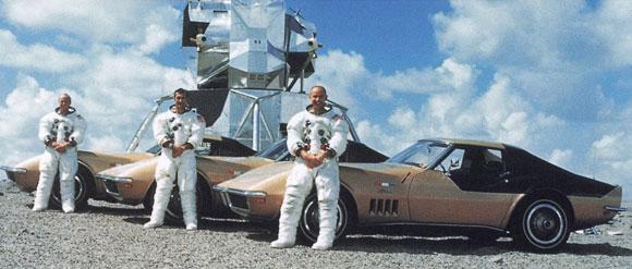 אהבו גם להנות והשוויץ. מימין: בין, גורדון וקונרד עם מכוניות הקורבט על רקע דגם של רכב הנחיתה | צילום: חברת שברולט