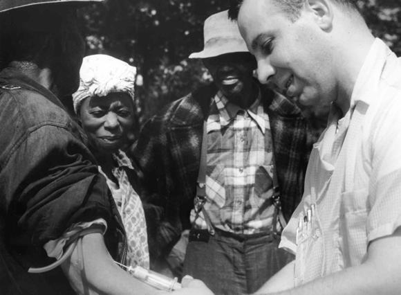 פגיעה בכבוד האדם. רופא לוקח דם ממטופלת בניסוי טסקיגי | צילום: מוויקיפדיה, נחלת הכלל