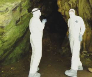 חוקרים בחליפות הגנה במערה