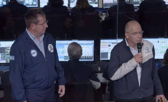 עידו ענתבי (מימין) ועופר דורון על רקע חדר הבקרה בזמן הנחיתה | צילום מתוך סרטון של SpaceIL