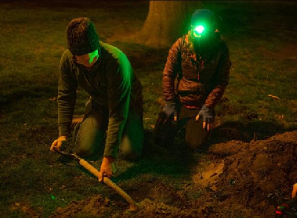 דיוויד לורי (שמאל) ומרג'ורי ובר (Weber) חופרים בחושך בחיפוש אחרי בקבוק זרעים | צילום: דרק ל' טרנר, אוניברסיטת מישיגן סטייט