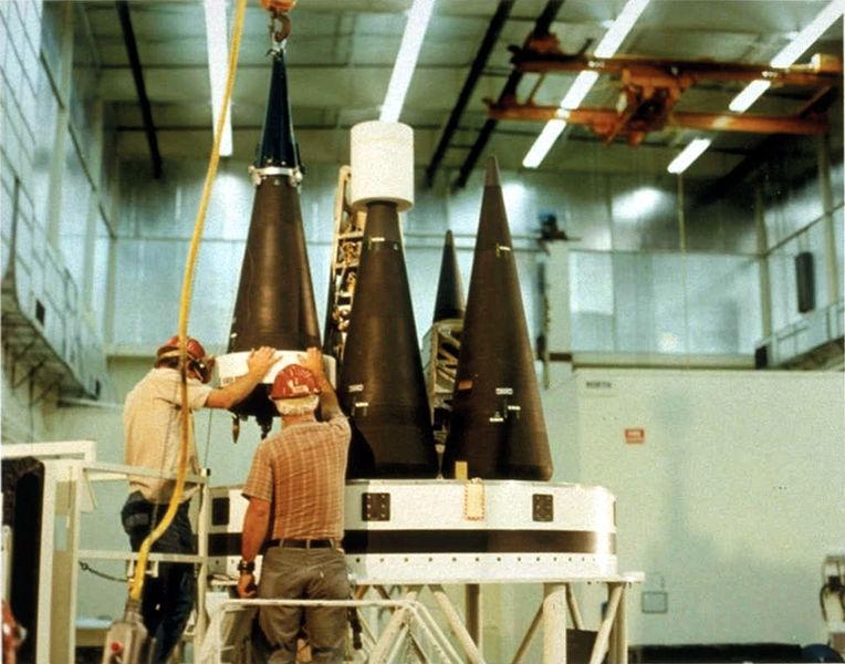 טיל בליסטי מודרני יכול לשאת שמונה ראשי נפץ גרעיניים. טכנאים עם ראש נפץ W87 | מקור: nuclearweaponarchive.org