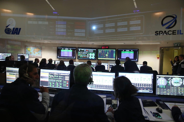 שומרים על קשר עם החללית. חדר הבקרה של SpaceIL במתחם התעשייה האווירית | צילום: SpaceIL