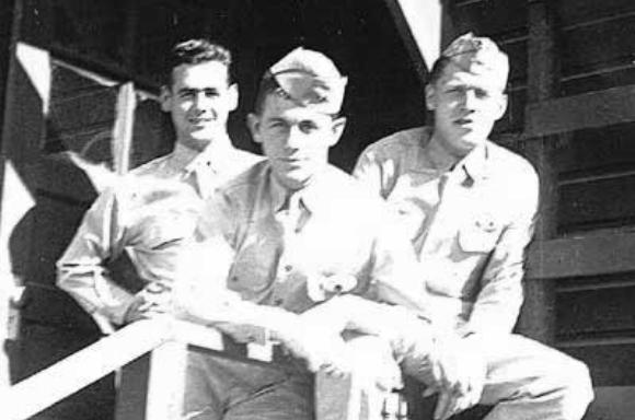 התגבר על הבחילות. ייגר (במרכז) עם שניים מחבריו לקורס הטיס, 1942 | מקור: chuckyeager.com