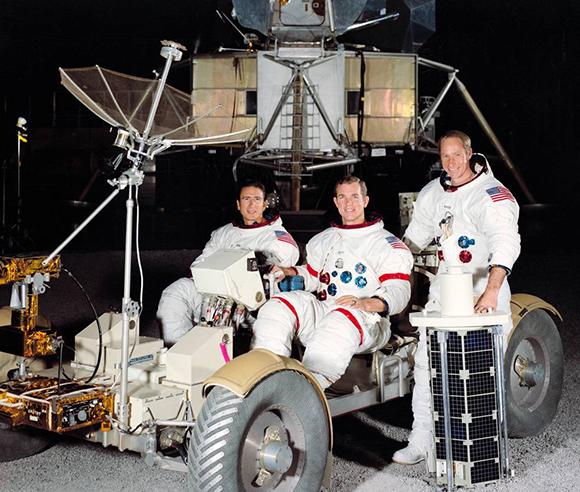 מימין: וורדן, סקוט ואירווין, עם הרובר ועם לוויין המחקר ששיגרו | צילום: NASA