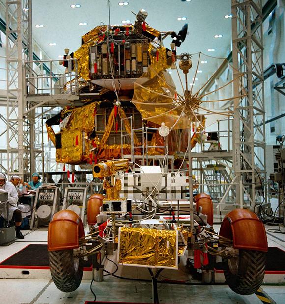 הרובר ורכב הנחיתה בשלבים האחרונים לקראת השיגור. צילום: NASA