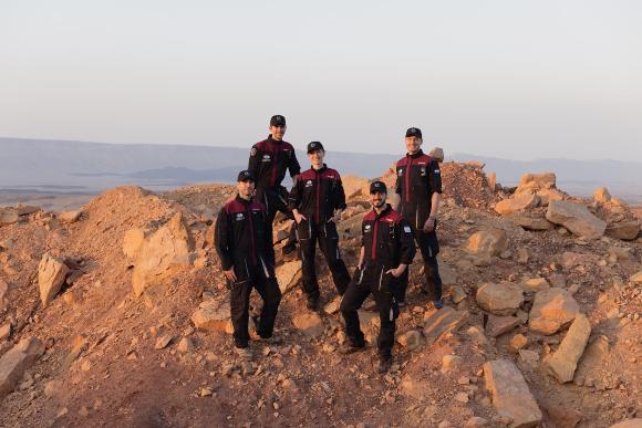 מצפים לצאת להרפתקה. חמישה מהאסטרונאוטים האנלוגיים במכתש רמון. אלון טנצר מימין | צילום: Florian Voggeneder, OeWF