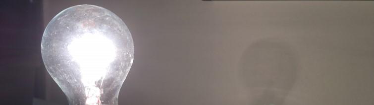 צללית של נורה מאירה רחוקה מהקיר | צילום אבי סאייג