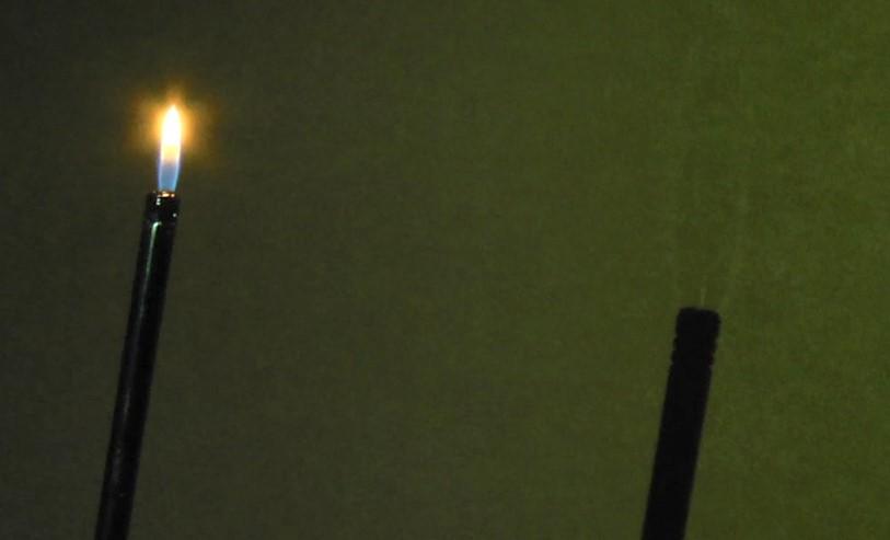 כאשר הלהבה רחוקה מהקיר, ניתן לפעמים לראות הבדלי טמפרטורות של הגזים המרכיבים את האש, אבל לא את הצל של האש | צילום רועי חובני