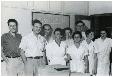 שמידט (מאחור) עם צוות המחלקה לקריסטלוגרפיה במכון ויצמן למדע, 1957 | מקור: האגודה האמריקאית לקריסטלוגרפיה