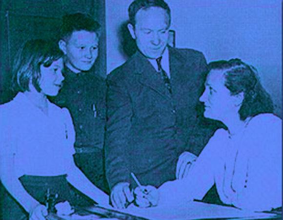 שיתוף פעולה מדעי וזוגי: פיין-גפושקין באוניברסיטה ב-1946 עם סרגיי ושניים מילדיהם | מקור: אוניברסיטת הרווארד
