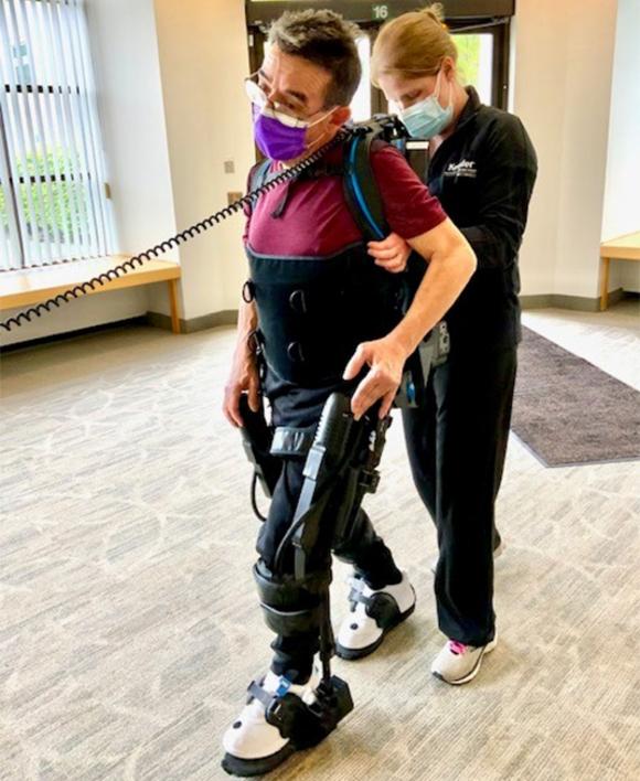 אחד מהנבדקים עובר טיפול עם השלד הרובוטי. מקור: Kessler Foundation