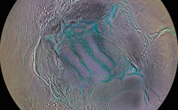 פסי הטיגריס בצבעים מודגשים   צילום:  (NASA/JPL-Caltech/SSI/Lunar and Planetary Institute, Paul Schenk (LPI, Houston