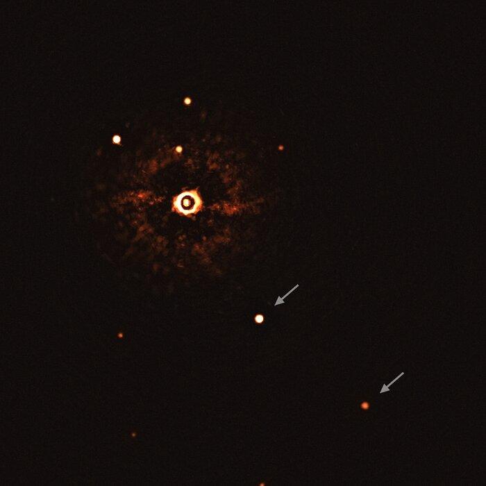 צילום של מערכת השמש עם שני כוכבי הלכת סביבה הכוכב, ESO/Bohn et al.