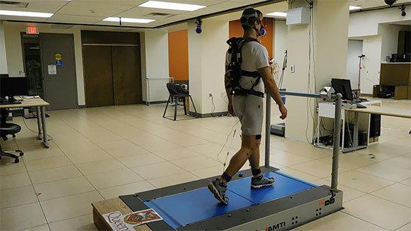 נבדק הולך על מכשיר הליכה עם ההתקן   Queen's University Faculty of Engineering and Applied Science