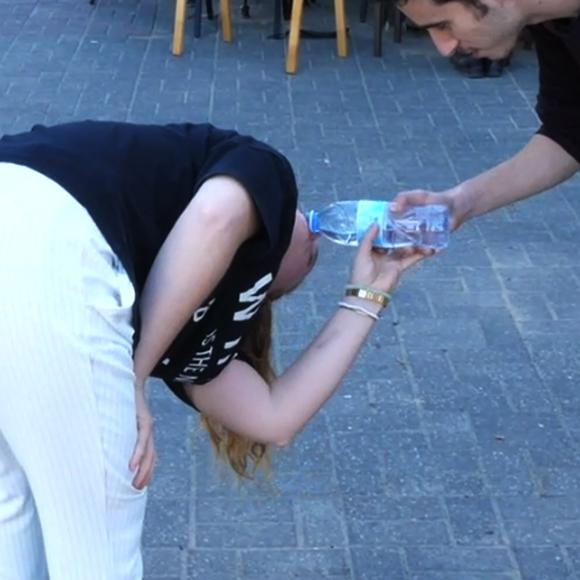אפשר לנסות לשתות בצורה הפוכה. מתוך הסרטון