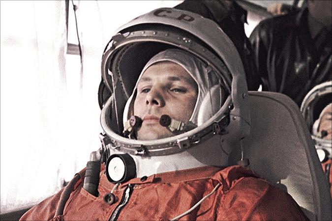 בדרך לחלל. גגרין באוטובוס לכן השיגור, לקראת הטיסה ההיסטורית | מקור: NASA