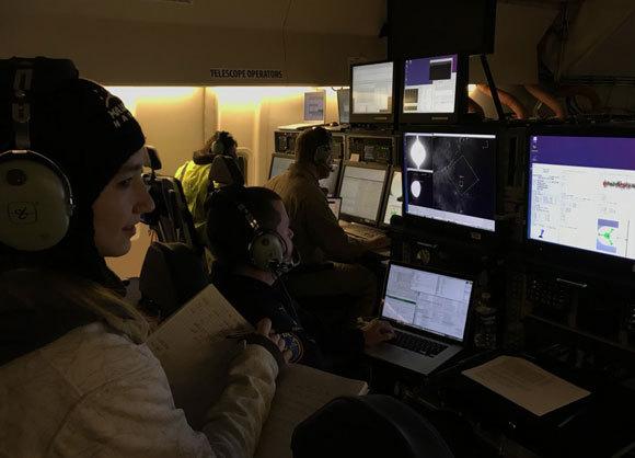 להבדיל בין מים לחול. הוניבול (משמאל) בעת הטיסה לצילום הירח בטלסקופ SOFIA | צילום מתוך חשבון הטוויטר שלה