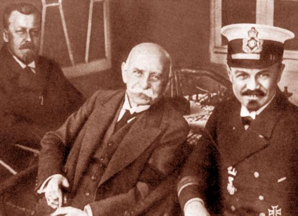 מעיתונאי לקברניט של ספינות אוויר ולמנהל החברה. הוגו אקנר (משמאל) עם צפלין (במרכז) | מקור: תולדות הצפלין, נחלת הכלל