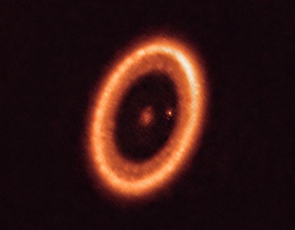 דיסקה סביב הכוכב עם ירח בשלבי היווצרות. צילום: ALMA| ESO