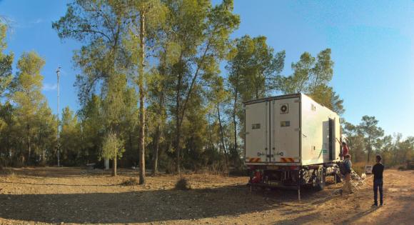 תחנת המחקר הניידת של מעבדת יקיר ביער נחושה, סמוך לבית גוברין, ב-2017 | צילום: מעבדת יקיר, מכון ויצמן למדע