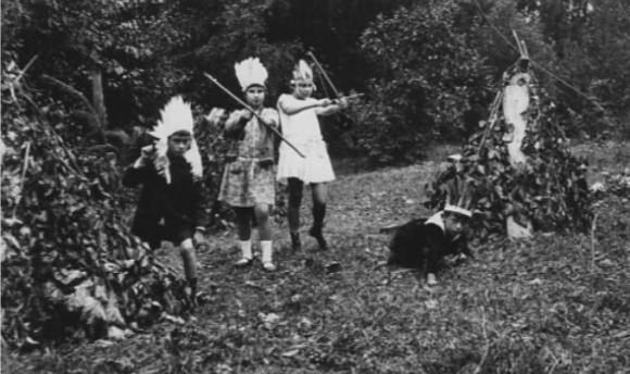 סימנים ראשונים של התנגדות לממסד? סחרוב וחברים משחקים באינדיאנים, 1928 | מקור: www.sakharov.space