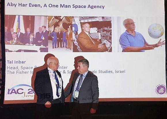 סוכנות חלל של איש אחד. הר-אבן (משמאל) עם טל ענבר בסיום מושב ההוקרה לפועלו בכינוס האסטרונאוטיקה בירושלים | צילום באדיבות טל ענבר