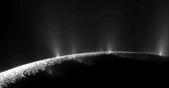 אדי המים המכילים את אבני היסוד של החיים. הגייזרים של אנקלדוס בצילום מהחללית קסיני | NASA/JPL/Space Science Institute