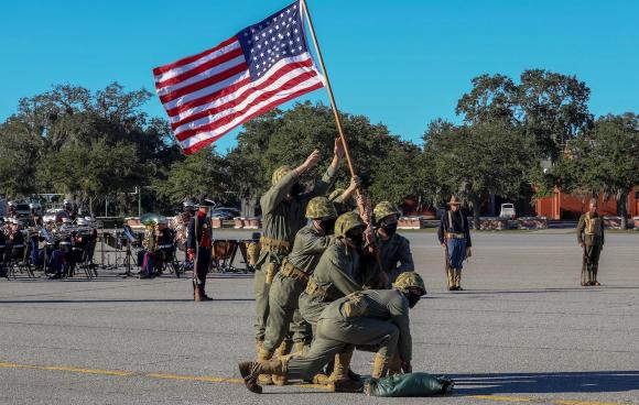 נחתים במסכות משחזרים את הנפת הדגל באיוו-ג'ימה בטקס חילי | צילום: Cpl. Dylan Walters, חיל הנחתים של ארצות הברית