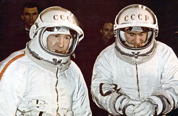 משימה רצופת תקלות. ליאונוב (משמאל) ובליאייב בהכנות לטיסת החלל ההיסטורית | מקור: Science Photo Library