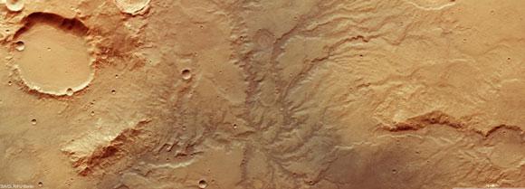 כמו מדבר יהודה, אבל לא בדיוק, כנראה. צילום של Mars Express מראה מערכת עמקים על מאדים | מקור: ESA/DLR