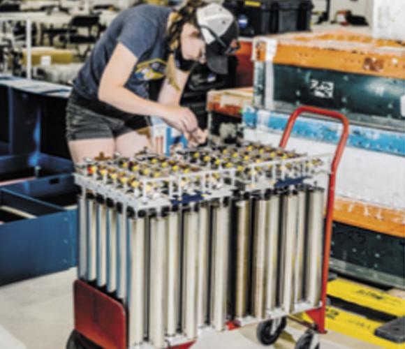 חוקרת מכינה מכלים לדגימות אוויר