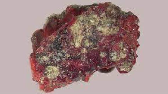 פיסת הטריניטייט שבה התגלה הקוואזי-גביש   צילום: לוקה בינדי ופאול שטיינהארדט מתוך מאמר המחקר