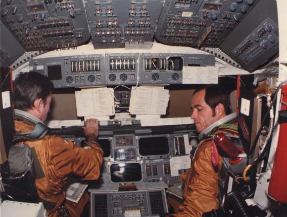 יאנג (במושב השמאלי) וקריפן באימונים בתא הטייס של קולומביה | צילום: NASA