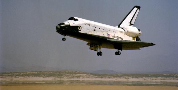 המעבורת קולומביה נוחתת בבסיס אדוארדס בסיום טיסת הניסוי הראשונה, אפריל 1981 | צילום: NASA