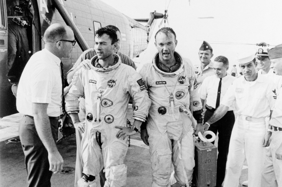 נחיתה מוצלחת לאחר משימה קשה. קולינס (מימין) עם ג'ון יאנג על סיפונה של נושאת מטוסים לאחר סיום משימת ג'מיני 10 | צילום: NASA