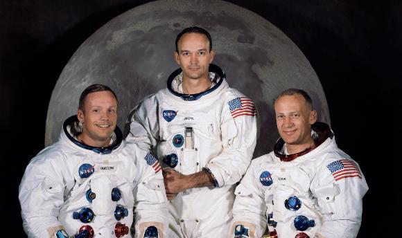 זרים מיודדים. קולינס (במרכז) עם צוות אפולו 11, ארמסטרונג (משמאל) ואולדרין בדיוקן הרשמי לקראת המשימה | צילום: NASA