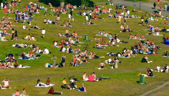 ההתנהלות הפרטית בשטחים הפתוחים נותרה חופשית למדי. פארק טנטולונדן בסטוקהולם, 14 ביוני 2020 | צילום: Alexanderstock23, Shutterstock