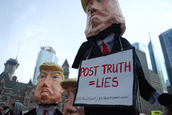 הפגנה בקנדה במחאה על הפצת שקרים של נשיא ארצות הברית, טראמפ, 2018 | צילום: Louis.Roth, Shutterstock
