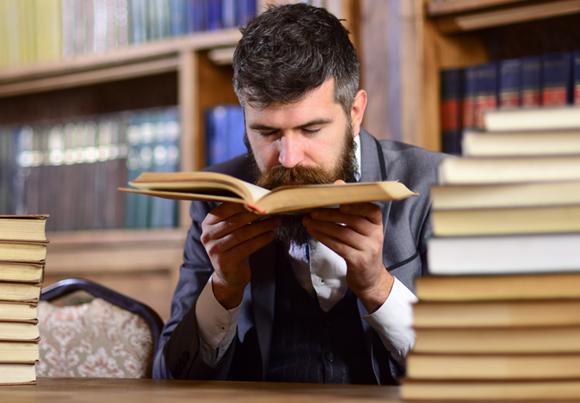 אדם מריח ספר | אילוסטרציה: Shutterstock