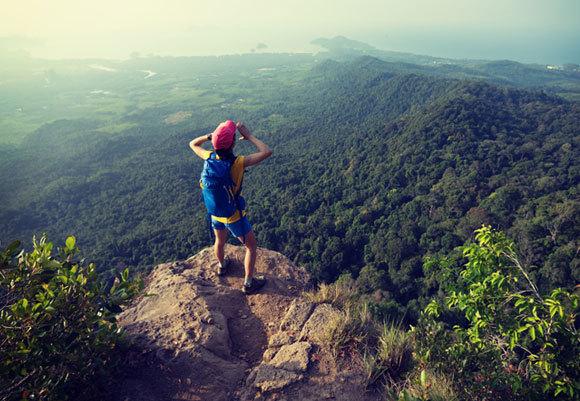 אישה צועקת מראש מצוק | Shutterstock, lzf