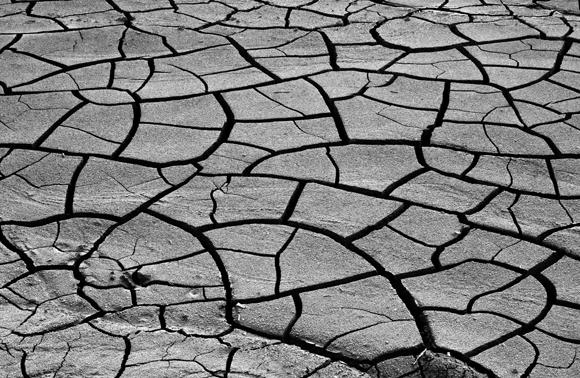 השינויים באקלים עלולות לחולל סופות בצד אחד של העולם, ובצורת ורעב בצד האחר. אדמה חרבה | צילום: CLJ Giordano, Shutterstock
