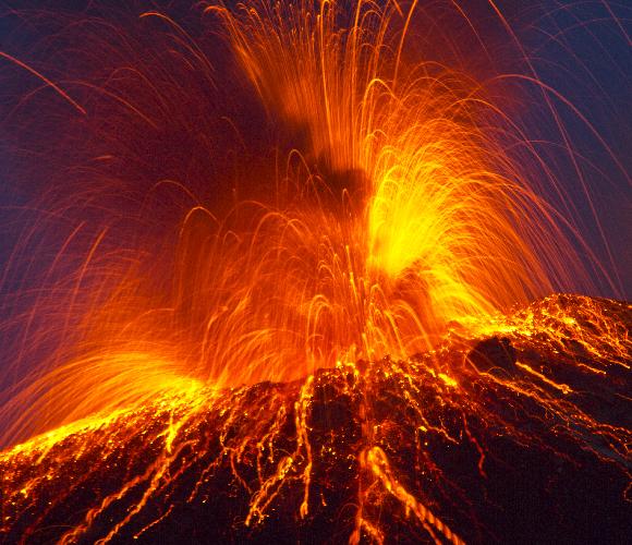 התפרצויות געשיות עזות מספיק כדי להרחיף אירוסולים גבוה. התפרצות הר הגעש סטרומבולי   צילום: Rainer Albiez, Shutterstock