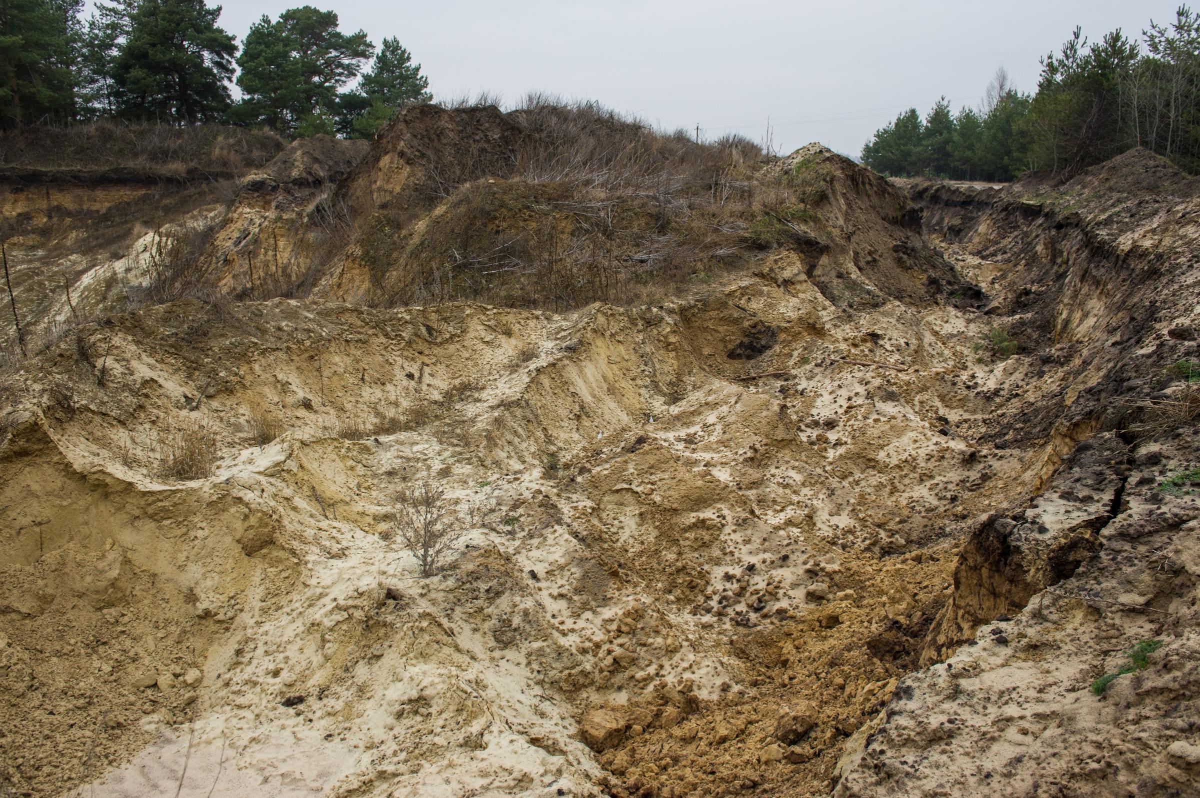 צלקות עמוקות בנוף ופגיעה קשה בסביבה. אתר כרייה לא חוקית של חול באוקראינה | צילום: Shutterstock
